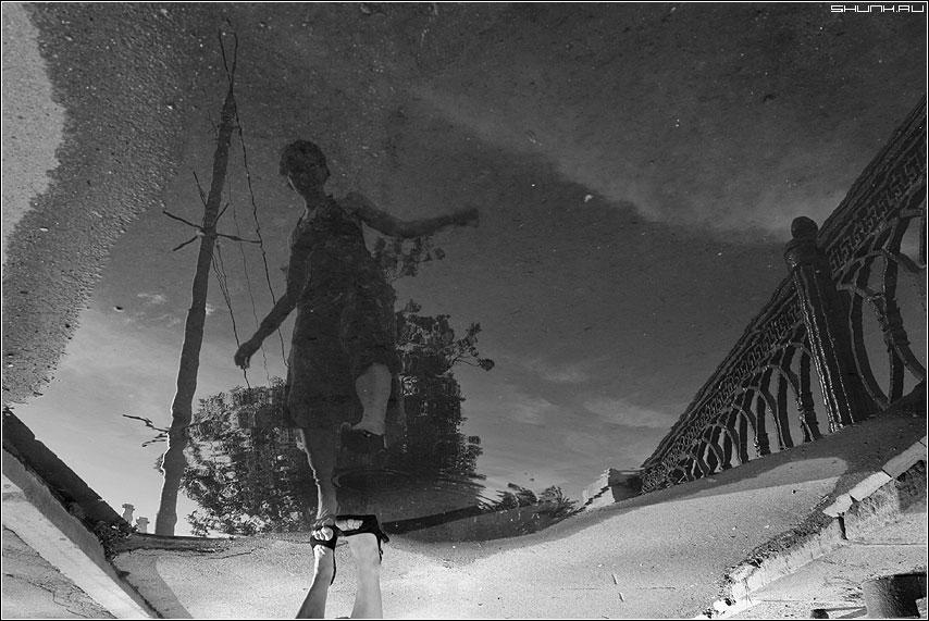 Аккуратно - лужа отражение нога лето дождь чернобелая фото фотосайт