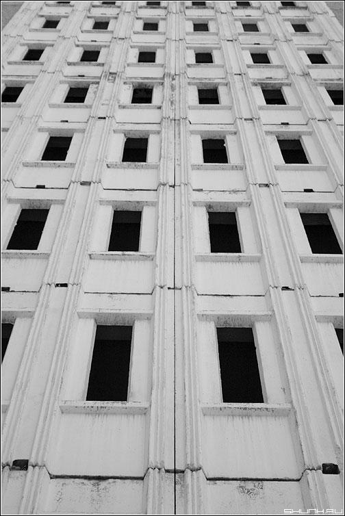 Наружка подъезда - дом здание чернобелая окна фото фотосайт