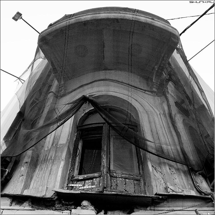 Подсматривающее окно - окно москва центр чернобелая квадрат фото фотосайт