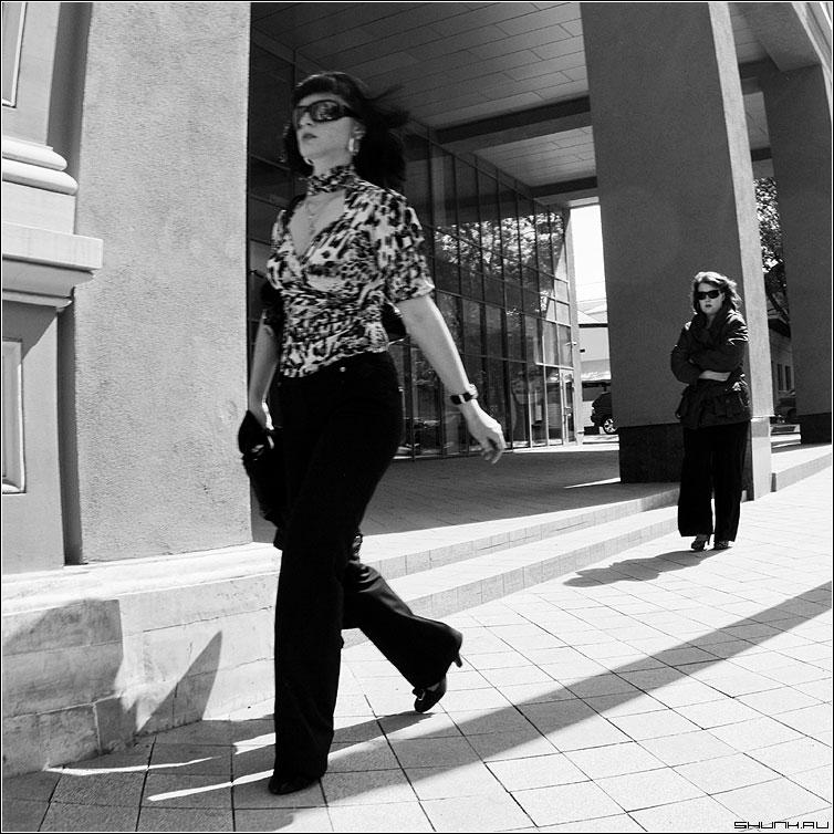 Она и ее тень - девушка женщина город шаг приследование фото фотосайт