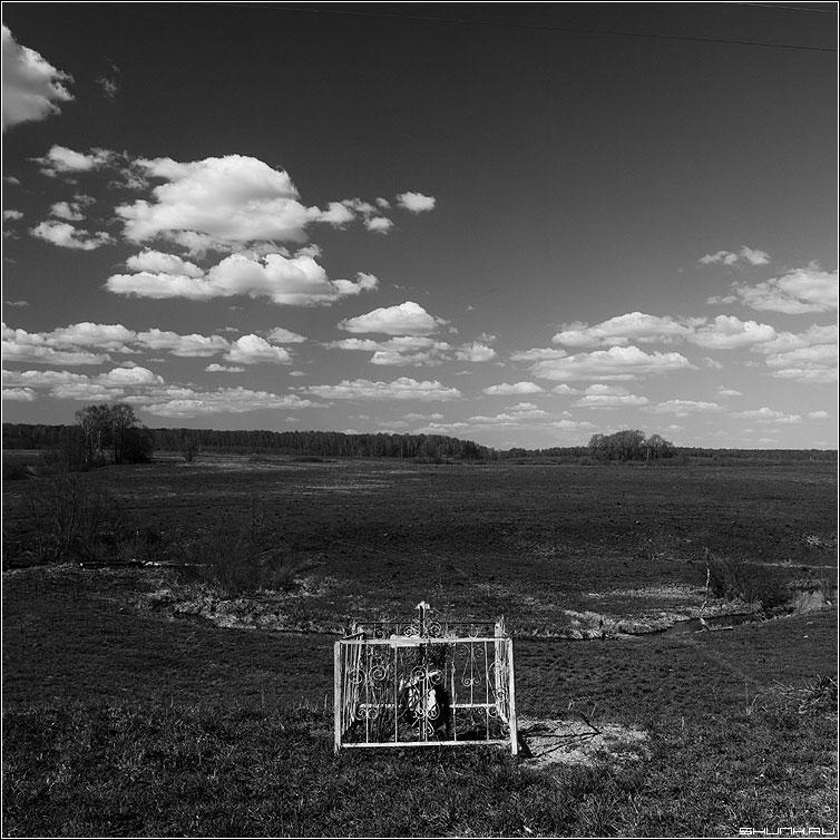 Могила... - поле крюково могила крест чернобелое квадрат фото фотосайт
