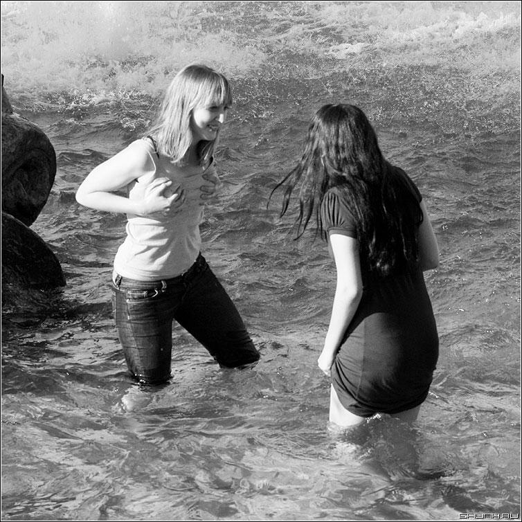 Девки в озере купались... - девушки манежка чернобелая фонтан вода квадрат платье фото фотосайт