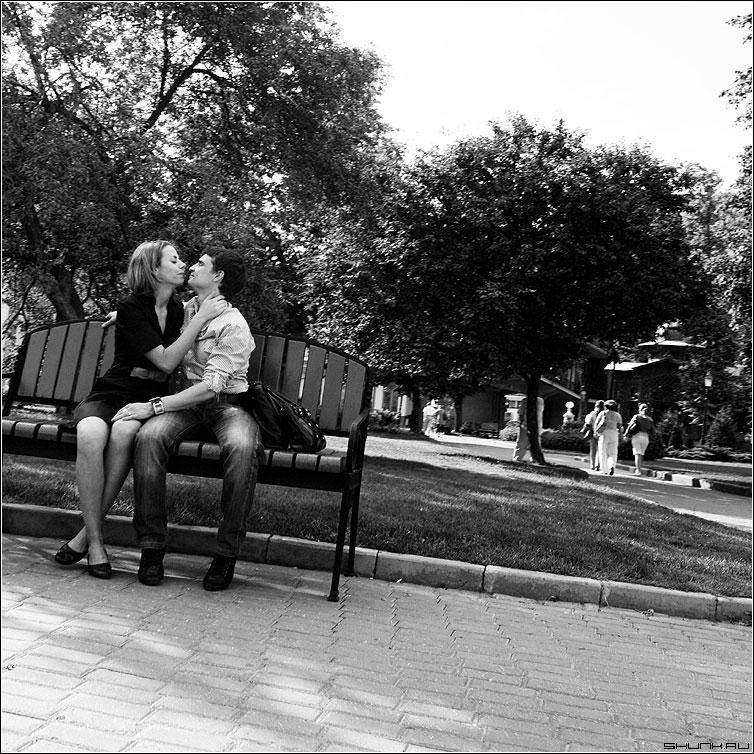 Случайное фото 1 - случай лавочка эрмитаж парочка он она любовь чернобелая квадрат фото фотосайт