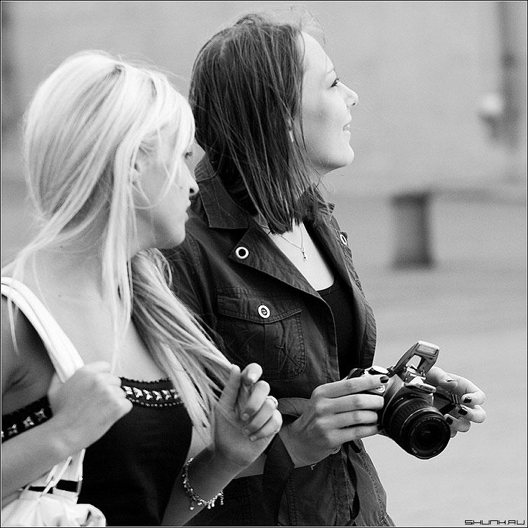 * * * - дувушки фотоаппарат квадрат чернобелая манежка манежко фото фотосайт