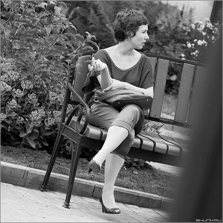 Манеры - женщина девушка лавочка чернобелая квадрат сигарета курение фото фотосайт