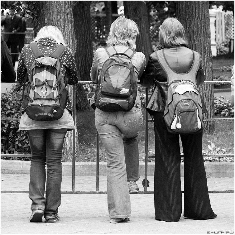 Snipers.net - девушки трое квадрат чернобелая рукзак ранец фото фотосайт