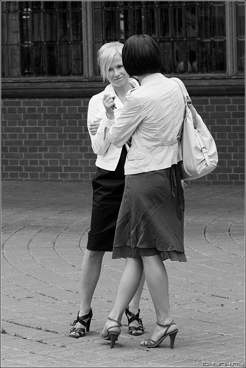 Разговор о нем - подруги стиль каблуки пара она разговор чернобелое фото фотосайт