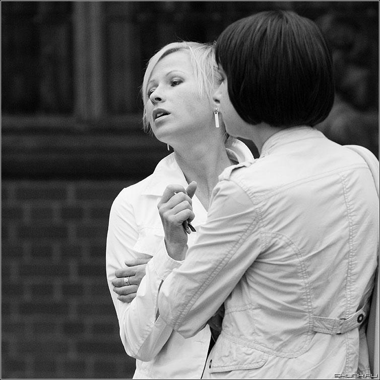Снова жест - жест выражение разговор подруги чернобелая квадрат фото фотосайт