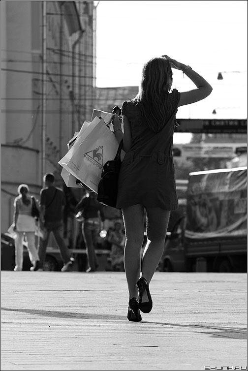 С добычей - манежка она девушка пакеты покупки чернобелая солнце пересвет фото фотосайт
