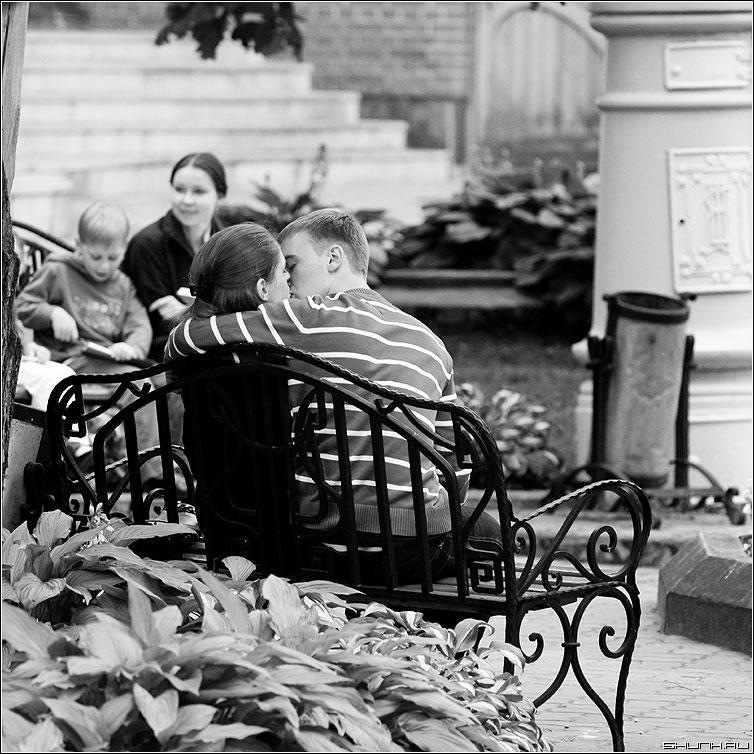 Пацалуй.. - поцелуй пара он она скамейка эрмитаж фото фотосайт