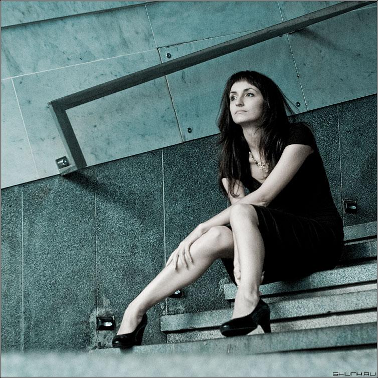 С предсказуемой грустью - девушка сткпени перила она ноги квадрат cold фото фотосайт