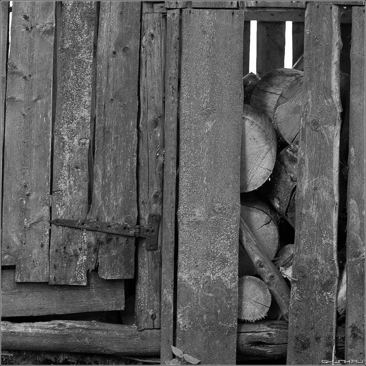 Дровница - дрова чернобелая квадрат петля фото фотосайт