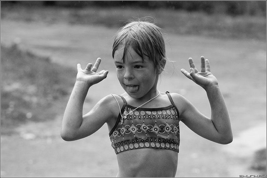 Под первыми каплями дождя - девочка таложня дождь капли фото фотосайт