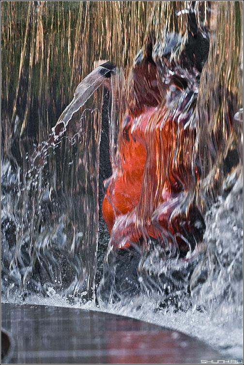 Шляму сними... - чел фонтан оранжевое настроение манежка вода фото фотосайт