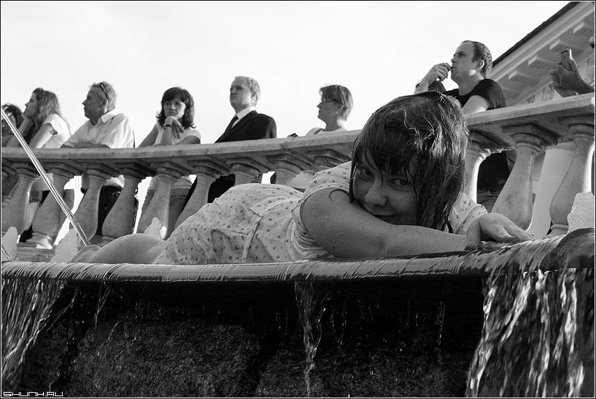 Ж.А.Р.А. - жара манежко девочка фонтан чернобелое фото фотосайт