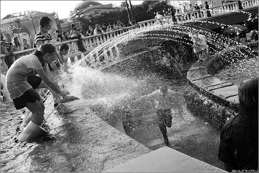 Брызгомания - дети брызги фонтан чернобелая манеж фото фотосайт