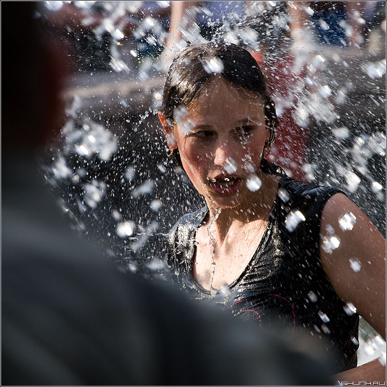 Без комментариев - манежка фонтан девушка спина квадрат цвет фото фотосайт