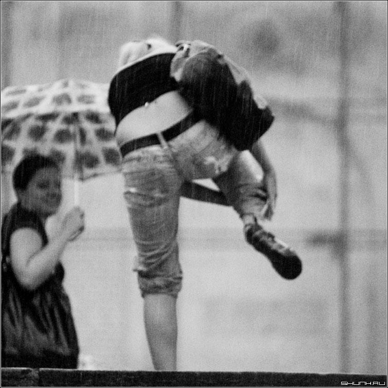 Чтоб не промокнуть - дождь гроза мосва центр июль лето чернобелая квадрат люди фото фотосайт