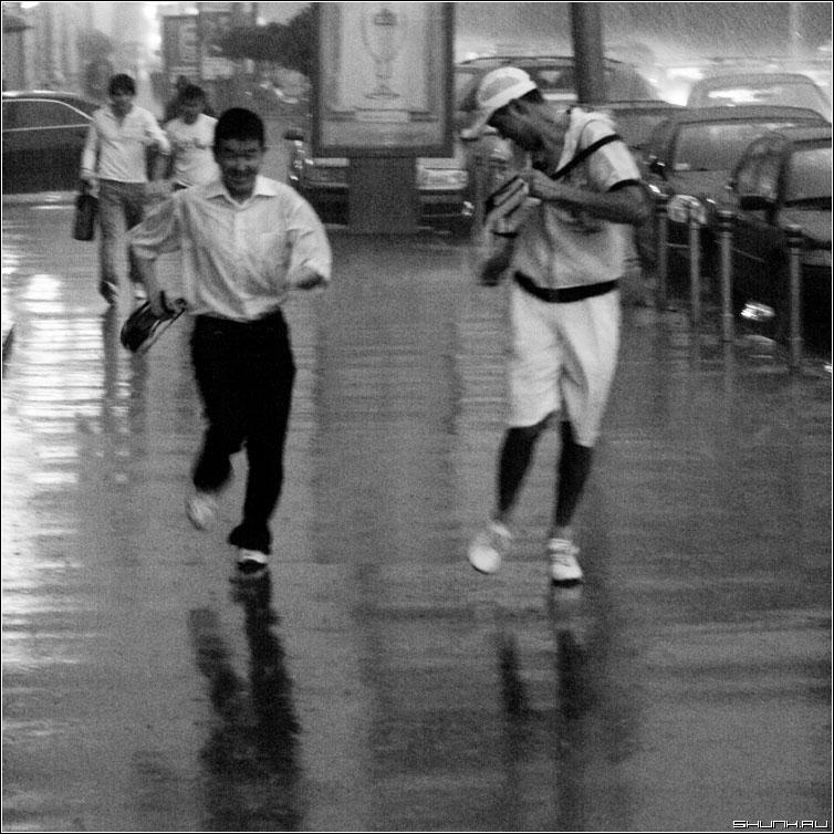 Скорей в переход - дождь гроза мосва центр июль лето чернобелая квадрат люди фото фотосайт