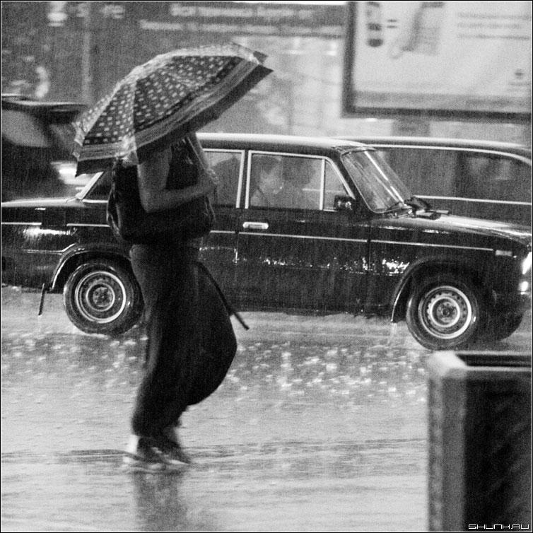 Дождь - дождь гроза мосва центр июль лето чернобелая квадрат люди фото фотосайт