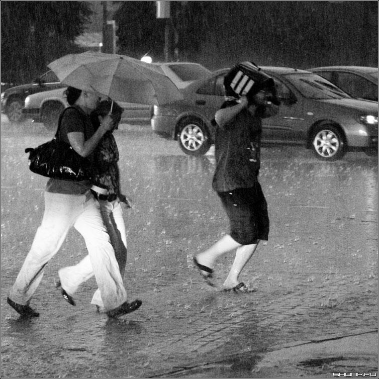 Кто как может - дождь гроза мосва центр июль лето чернобелая квадрат люди фото фотосайт