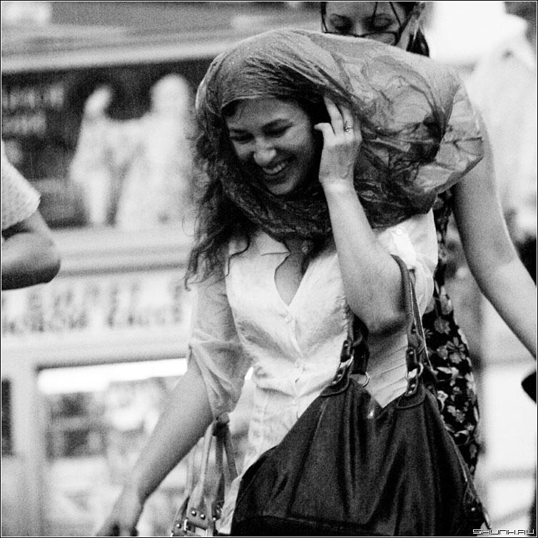 Шевелюра - дождь гроза мосва центр июль лето чернобелая квадрат люди фото фотосайт