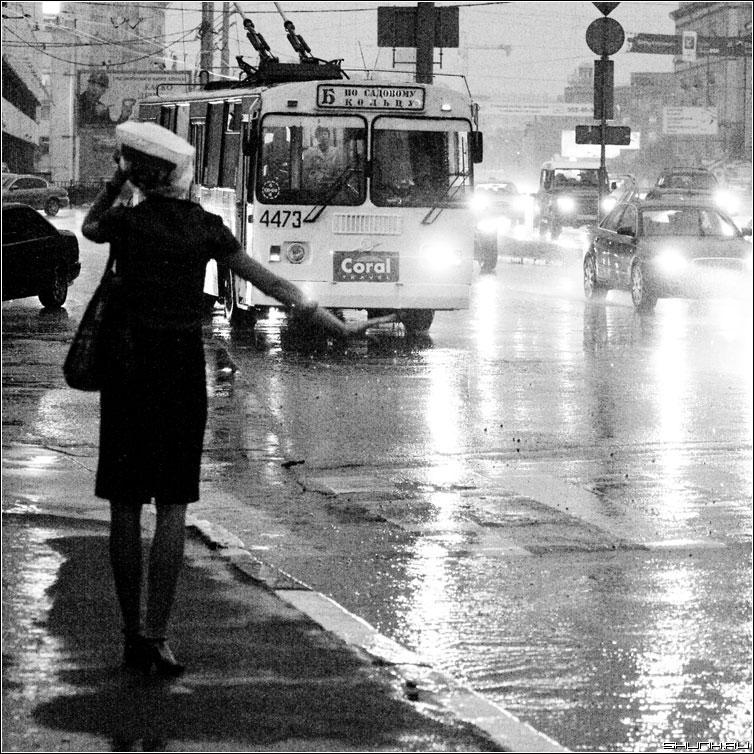 Постой, паровоз... - дождь гроза мосва центр июль лето чернобелая квадрат люди фото фотосайт