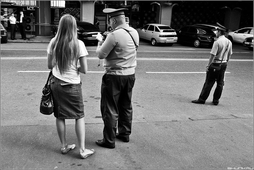 Не переходите улицу в неположенном месте - улица милиционеры гаи гибдд девушка чернобелая фото фотосайт