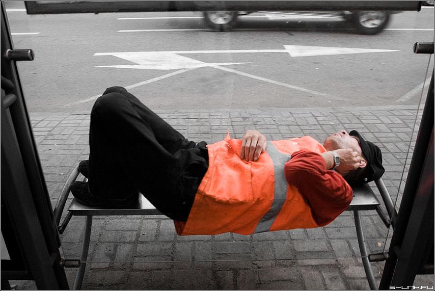 Ждет автобуса... сутки... - остановка человек оранжевый настроение фото фотосайт