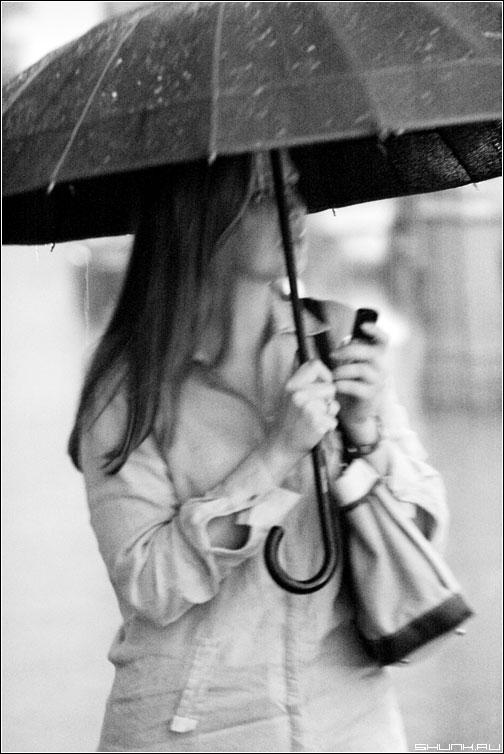 Под зонтикомммм.... - девушка зонтик долждь чернобелое фото фотосайт