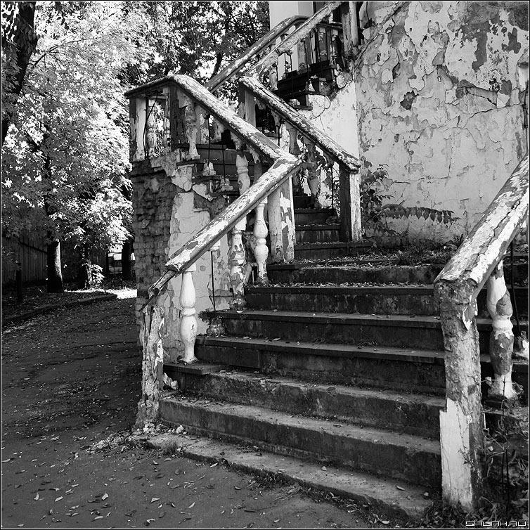 Лестница - развалины чернобелая квадрат лестница перила фото фотосайт