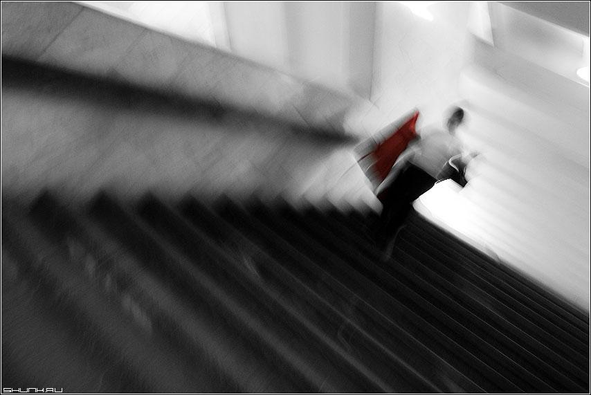 Вниз - метро ступени пятно красное девушка сумка фото фотосайт