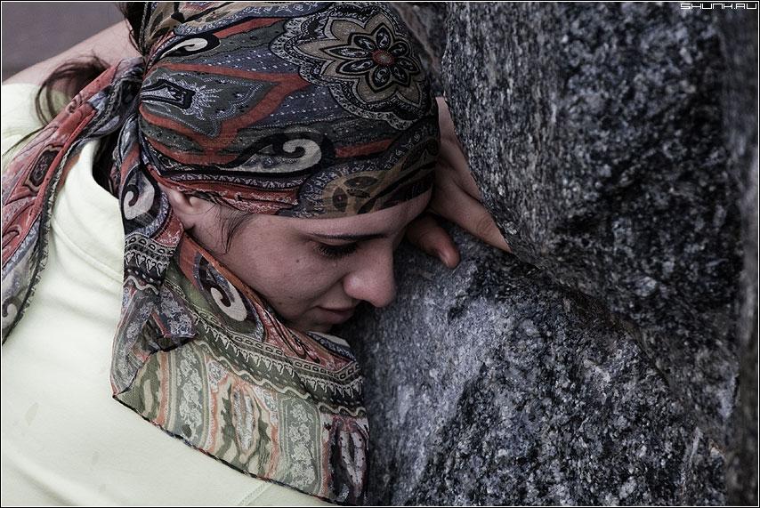 Слезы и камень - девушка камень платок портрет фото фотосайт