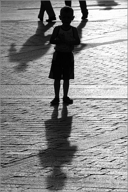 Равнодушие взрослых - чернобелая покор ребенок тени свет площадь фото фотосайт