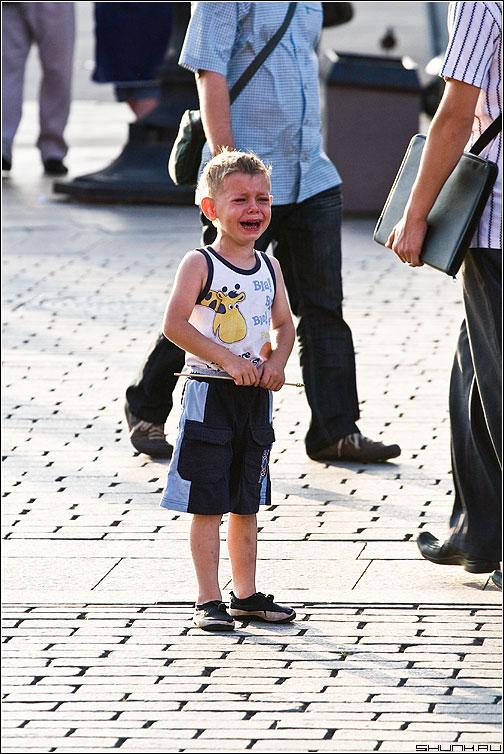 ПЛАК - мальчик площадь слезы горе один фото фотосайт