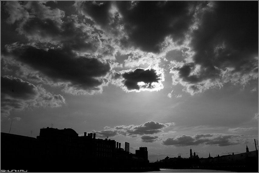 Тучное затмение - солнце тучи москва небо кремль церковь чернобелая фото фотосайт