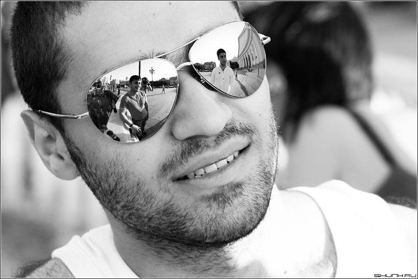 Портрет с отражением друзей - манежка портрет очки отражени чернобелая друзья фото фотосайт