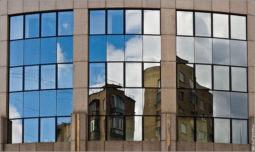 Истинный облик - отражение старое новое здание искажения деловой центр фото фотосайт