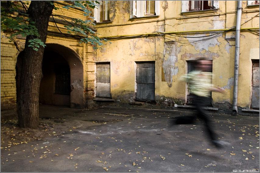 Бежать - двор арка человек бег фото фотосайт