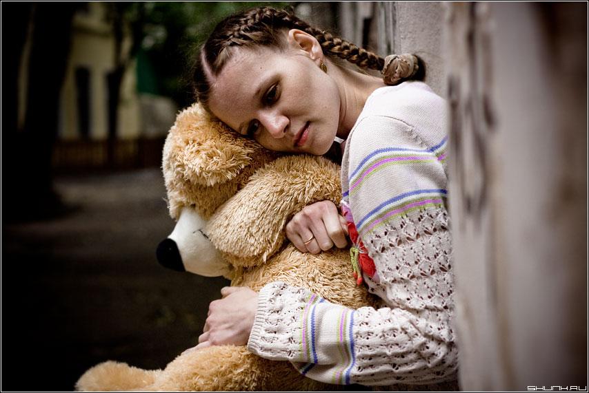 Воспоминания о детстве - прогулка съемка девушка грусть медведь мишка фото фотосайт
