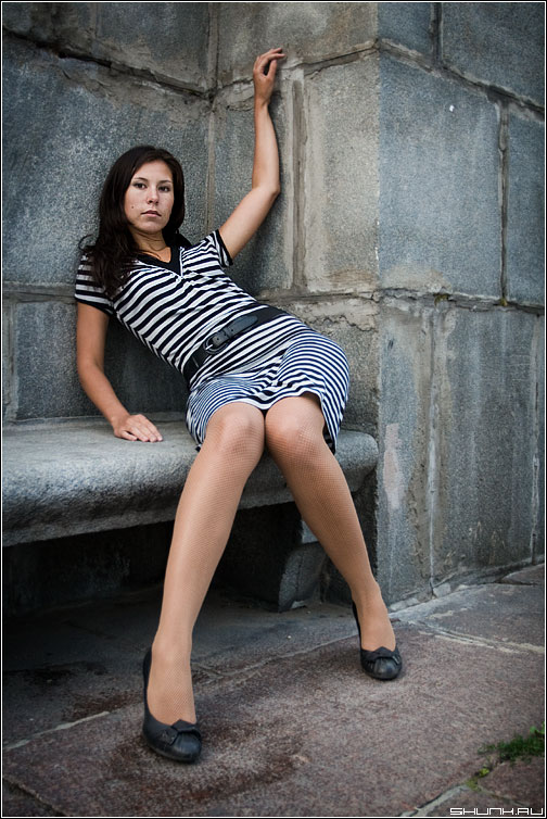 На набережной - девушка камень набережная платье фото фотосайт