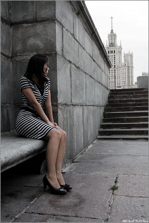 Не пришел - девушка камень набережная платье высотка москва фото фотосайт