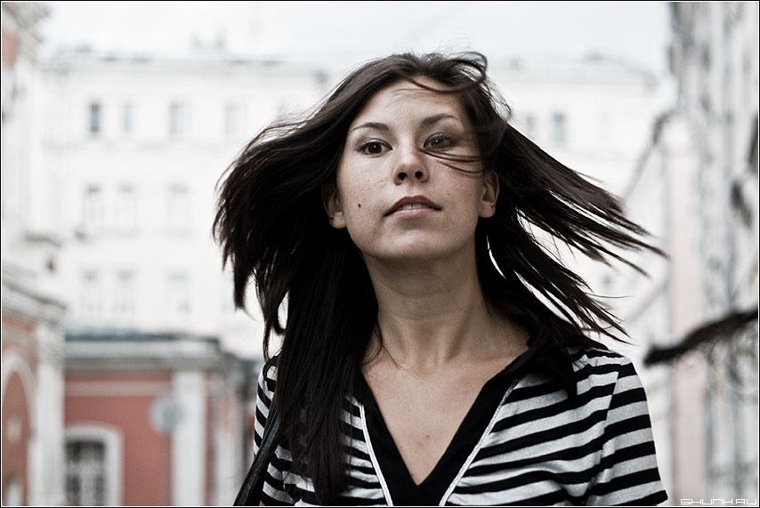 С ветерком - девушка камень набережная платье фото фотосайт