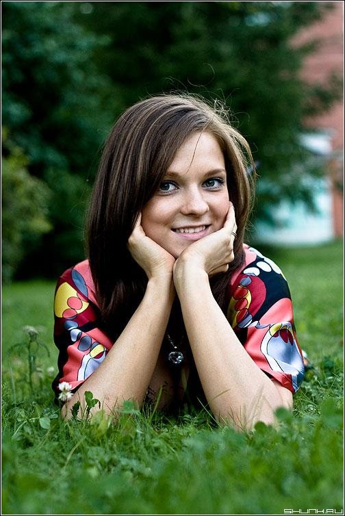Портрет - сашуля фотопрогулка трава улыбка ноги фото фотосайт