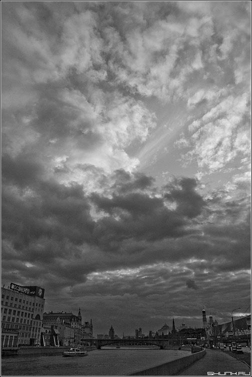 Небо над Кремлем - небо кремль москва прогулка чернобелая фото фотосайт