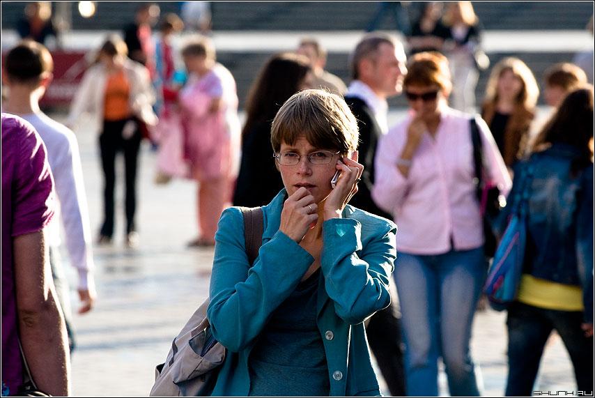 Задумчивость - разговор телефон манежка девушка цвет фото фотосайт