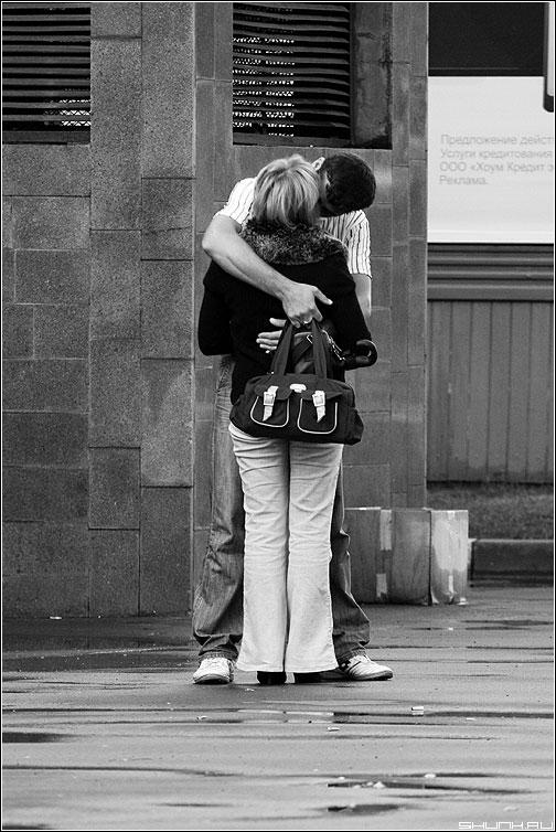 Приспичило - манежка пара поцелуй он она чернобелая фото фотосайт
