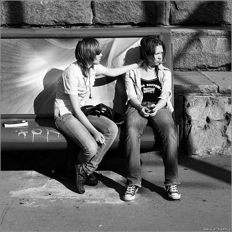 На лавочке - девушки пара разговор чернобелая квадрат фото фотосайт