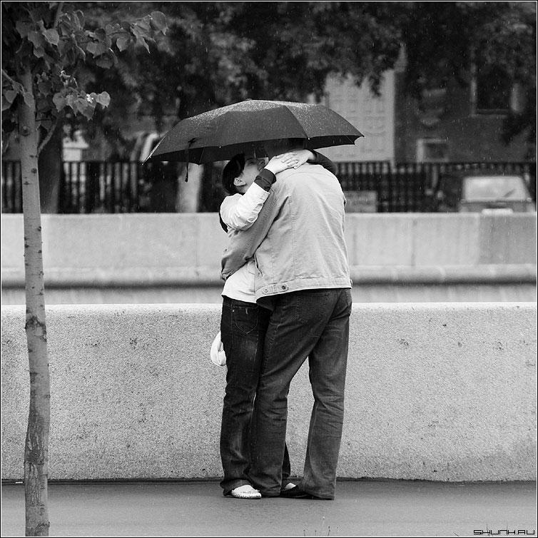 C милым и рай под зонтом - квадрат чернобелая парочка он она дождь зонт фото фотосайт