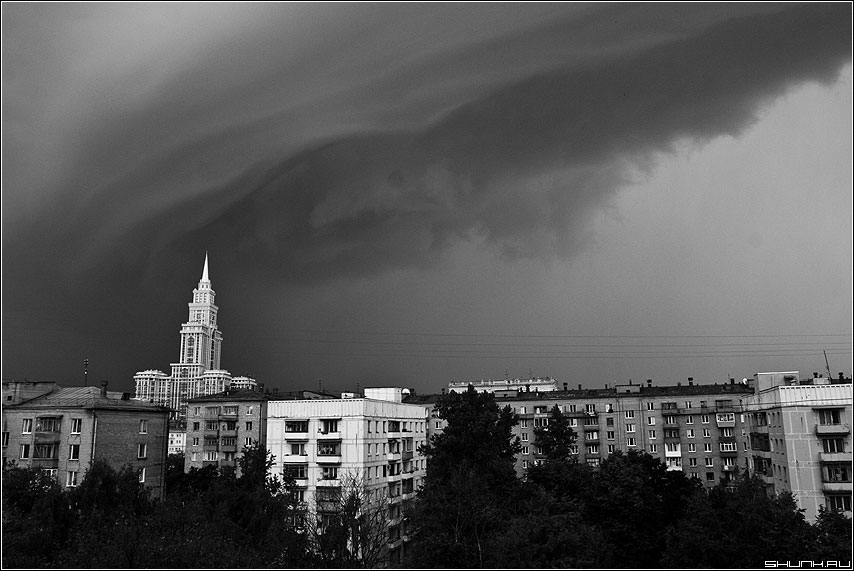 Непогода... - небо башня туча гроза чернобелая фото фотосайт